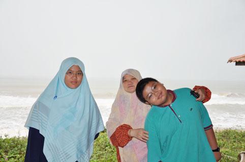 Di tepi pantai menuju ke Kuala Terengganu...